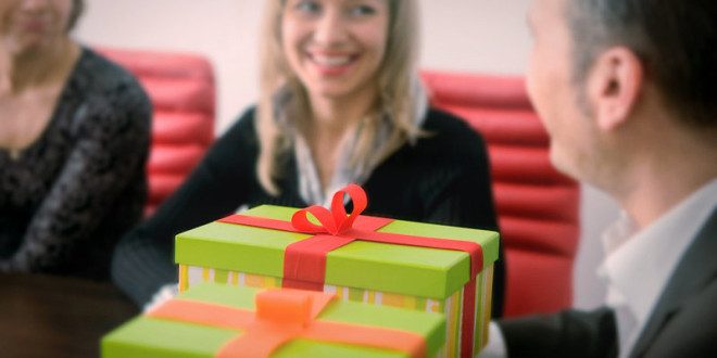 что можно подарить коллеге мужчине на день рождения