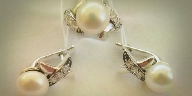 что лучше подарить кольцо или серьги