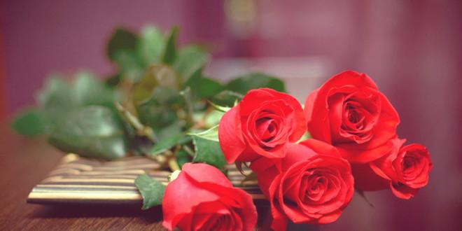 что можно подарить с цветами