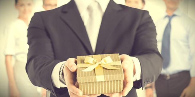 что подарить директору на новый год от коллектива