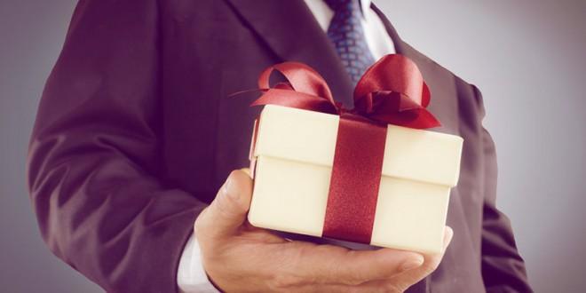 оригинальное вручение подарков на 23 февраля коллегам